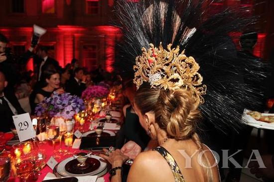 2013年Met Gala,饭桌边的莎拉-杰西卡-帕克