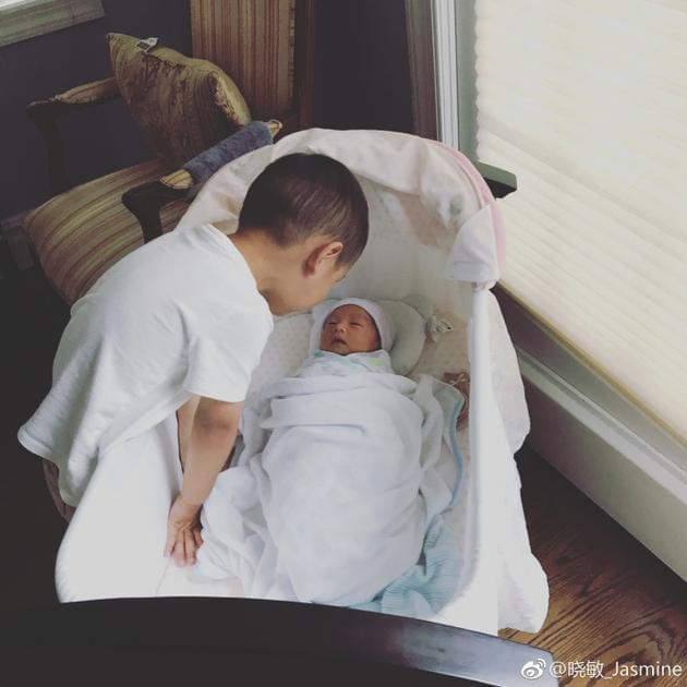 主持人李好喜获二胎 大儿子与新生儿对视超有爱
