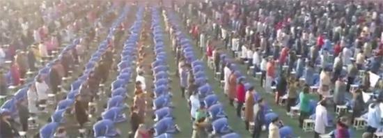 河南一高中让2000余名学生集体跪拜父母!