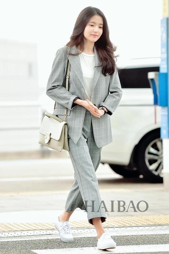 金泰璃2017年3月20日韩国仁川机场街拍:身着Nice Claup格纹西服套装搭配萨曼莎·撒乌萨 (Samantha Thavasa) 挎包准备前往香港