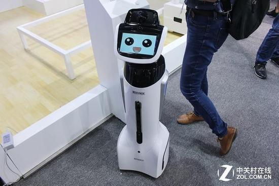 科沃斯人气小明星旺宝 作为一家以家庭服务型机器人为核心的品牌,科沃斯除了人们熟知的扫地机器人外,还有旺宝、亲宝、沁宝、窗宝等服务各种不同领域的产品。其中,旺宝更是作为科沃斯的小明星频繁出现在科沃斯各大展会上,高智能的语音识别和互动能力,萌萌的语音回答,在展示科沃斯技术的同时,也帮助科沃斯吸引了大量的粉丝。