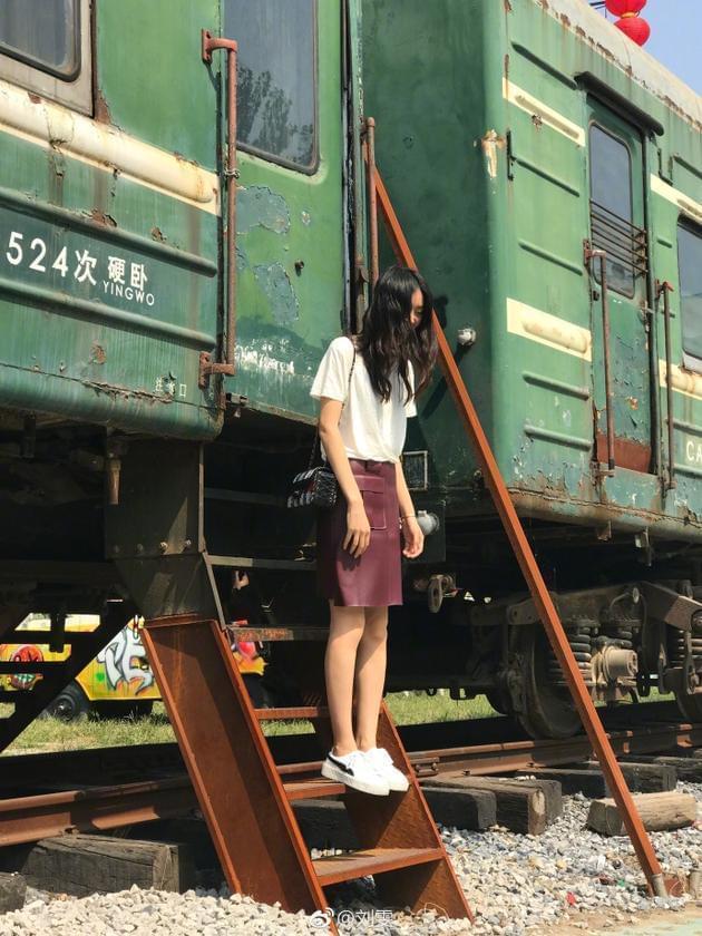 刘雯绿皮火车前拍照美腿瞩目 调皮称要去外婆家