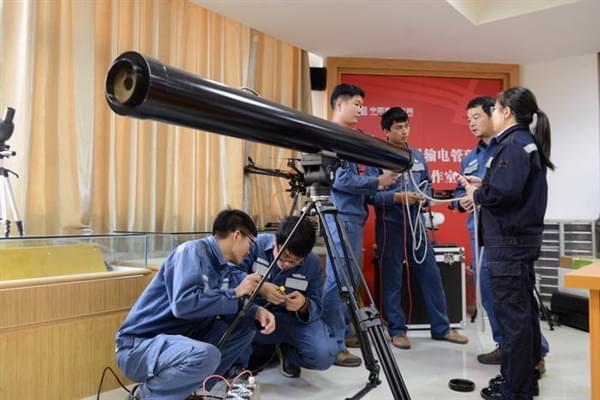 """中国电网的""""激光炮"""":清理高压电线飘挂物的照片 - 1"""