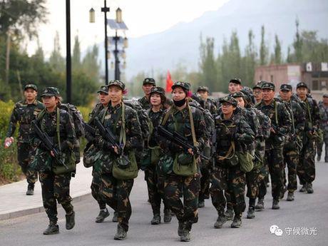 营员们进行20公里负重徒步行军。