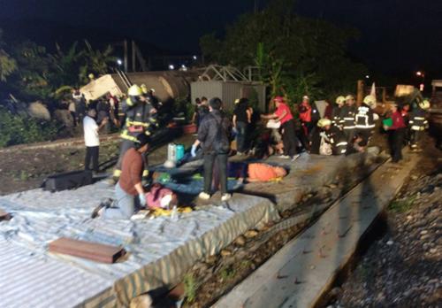台湾列车出轨事故已致18死 翻覆前多次异常急煞