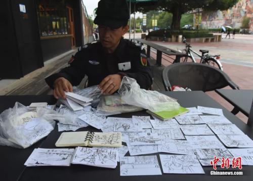 为了梦想你会付出多少 50岁的他为绘画当美院保安