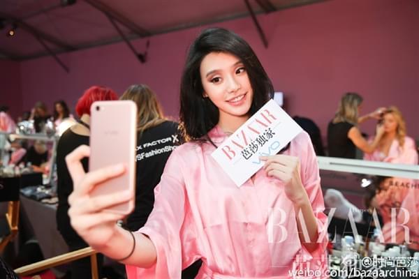 维密超模持国产手机自拍:粉色睡衣诱惑的照片 - 1