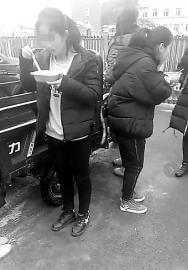 学生在寒风中就餐 校方:担心将外卖带入校园