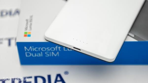 和苹果不同,微软并未放弃3.5mm耳机端口的照片