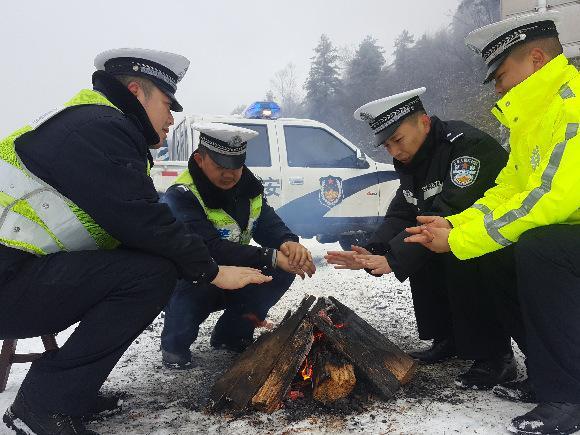 零下15度仅一个火炉 他们在海拔2000米的高山上守护一方平安