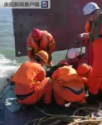 辽宁海域运砂船翻沉2天后1名船员获救 10人仍失联