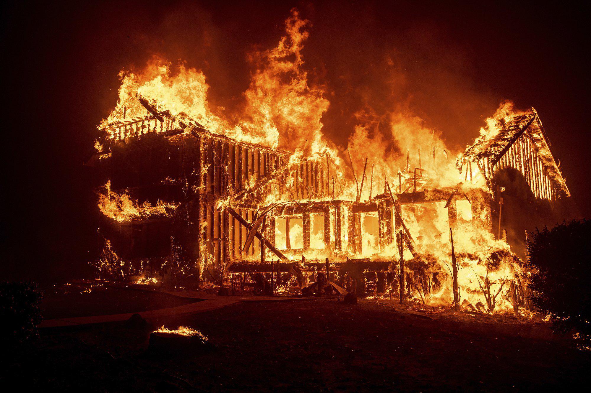 """美国加州山火已致11人死 20万人紧急逃离""""火海"""""""