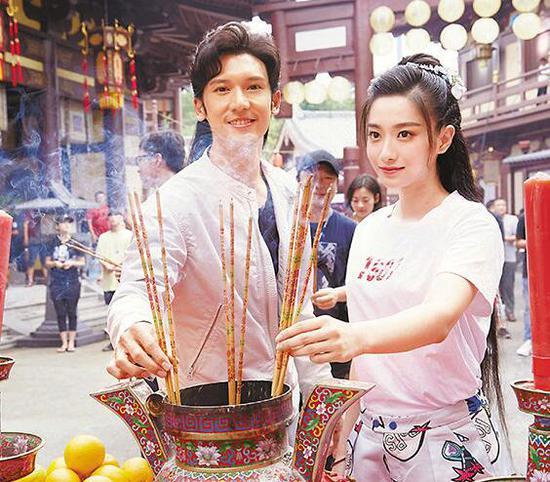 关智斌(左)出席开镜仪式