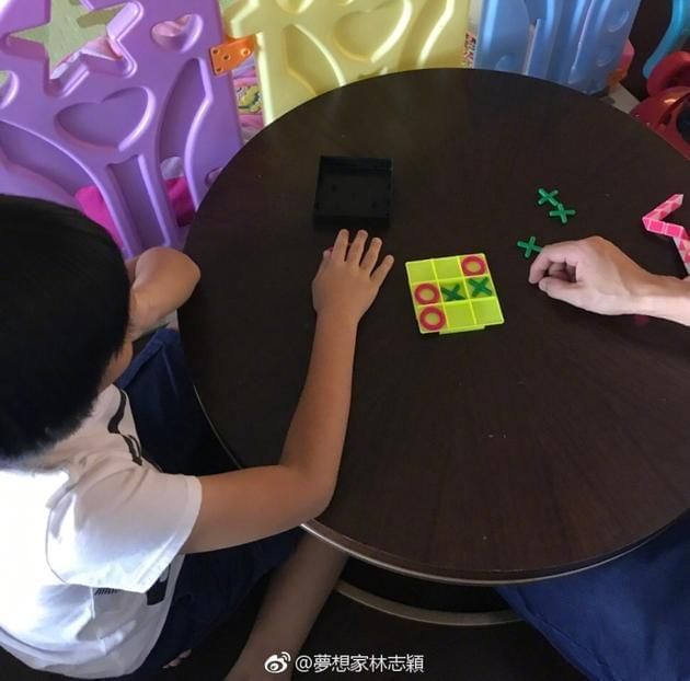 kimi向爸爸发起棋艺挑战 林志颖回应:我可是高手