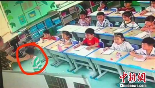 河北一幼儿园教师虐童被开除:踹桌子拧孩子耳朵