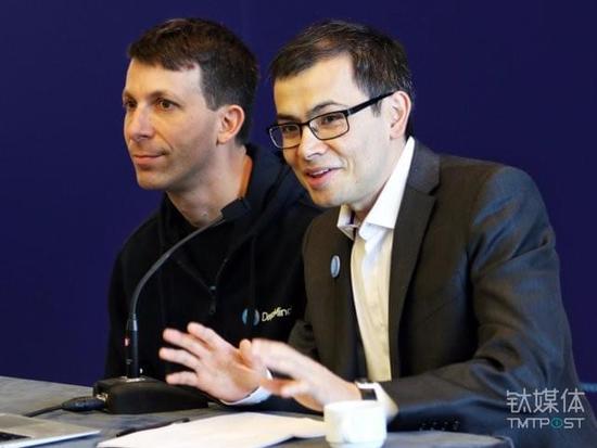 图为DeepMind AlphaGo项目首席研究员大卫o西尔弗(David Silver,左)与首席执行官德米斯o哈比斯(Demis Hassabis)