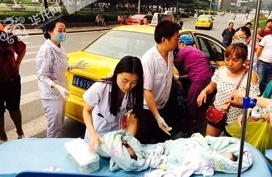 产妇出租车上破水 哥哥出来了弟弟还在肚子里