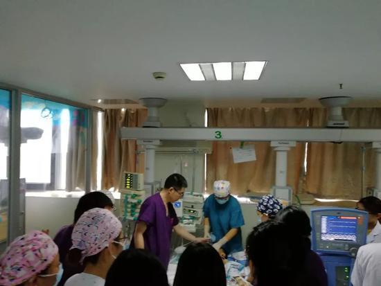 5小时3万次心脏按压,常州30名医生轮流抢救8岁男孩