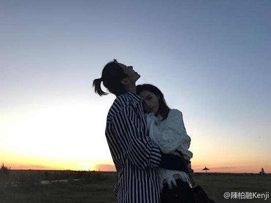张予曦和男友恋爱一周年 夕阳下紧紧拥抱超甜蜜