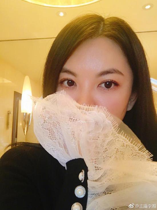 李湘晒自拍皮肤白嫩