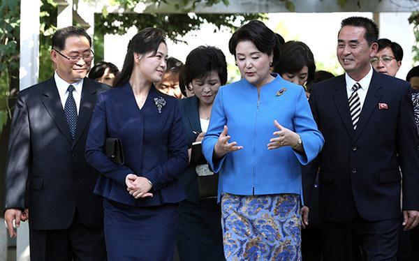 第一夫人的文化外交:金正淑向李雪主说悄悄话