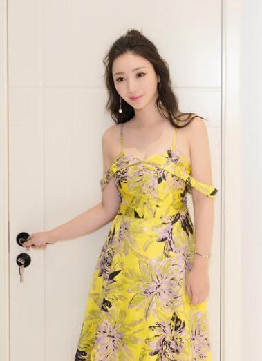 柳岩性感甜笑吸睛 明黄低胸裙凸显傲人事业线