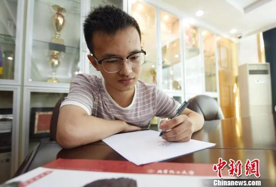 图为:石炜刚用左手写字。杭州市残联供图