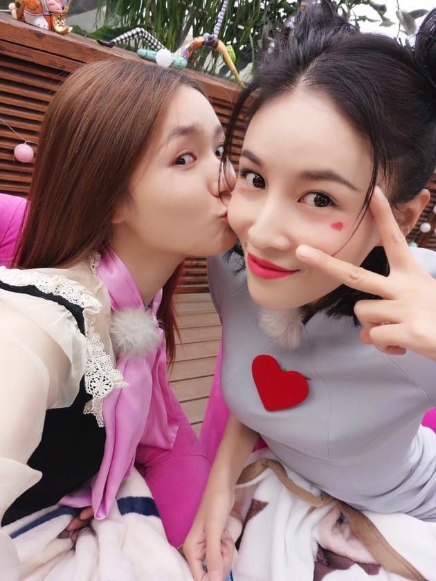 林允亲吻张蓝心姐妹情深 霸气催促回信息超有爱