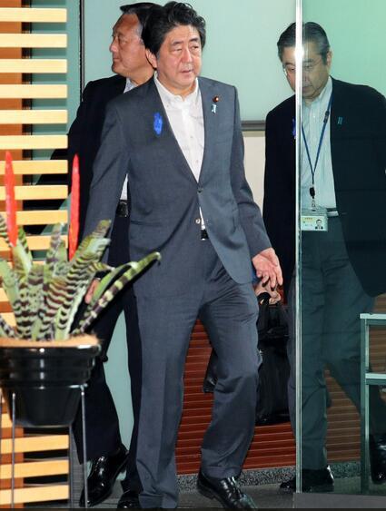 日本首相安倍晋三一瘸一拐地进入首相官邸