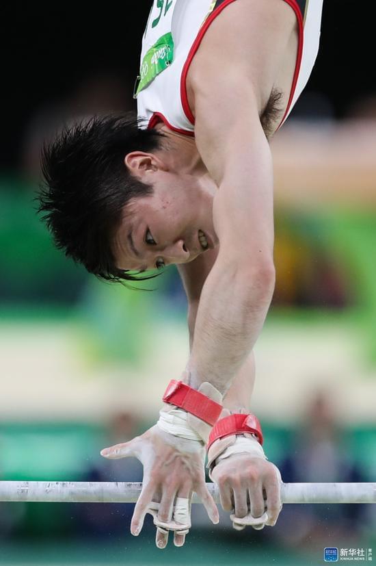 内村航平在男子体操个人全能决赛单杠项目比赛中。新华社记者郑焕松摄