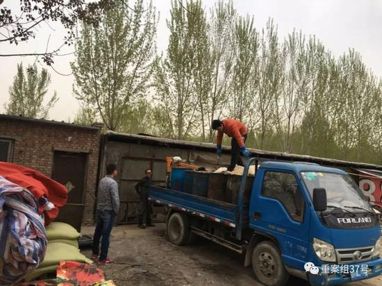 ▲4月13日,通州区北堤寺村南,院内的租户正将泔水放在一辆河北牌照的卡车上。  新京报记者 王飞 摄