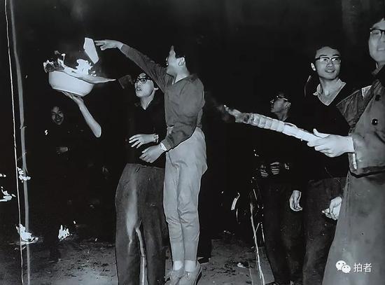 """1981年""""3.20之夜"""",北大学子喊出了""""团结起来,振兴中华!""""的口号。受访者供图"""