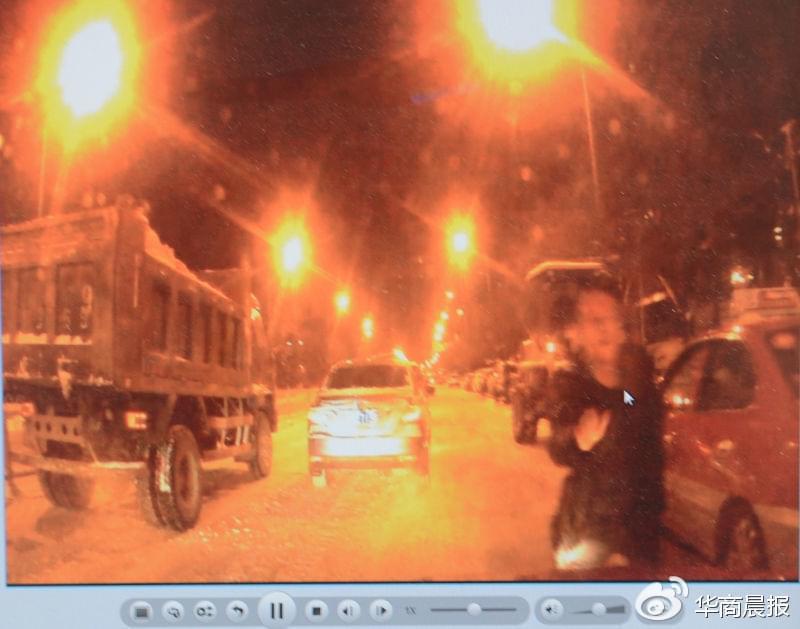 出租车内的行车记录仪拍下男子拍打机盖的情景