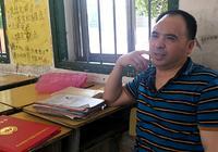 乡村教师修漏雨教室时摔残 拄拐坚守讲台18年