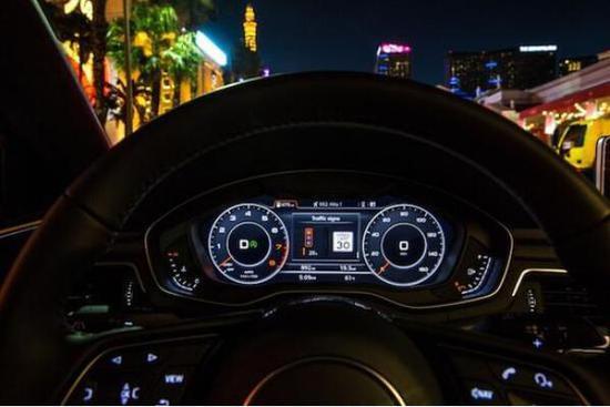不过,想要实现V2I最大的障碍其实不是车端设备的技术难度或者套件昂贵的使用费,真正的难点是道路基础设施建设。目前,奥迪这项技术仅在拉斯维加斯可以实现。在这样一个游客如织、出租车和按分钟计算租金的兰博基尼到处穿梭的城市,谁又会在乎什么智能交通信息呢?尽管这座内华达沙漠上唯一的绿洲拥有着世界上最复杂的交通环境以及与之相配的管理设施。 所有的交通信息都汇聚于南内华达州地区交通运输委员会的交通指挥中心。中心和其他许多部门的指挥控制中心一样,这里有大面积电视墙,各种电脑、控制台,还有忙碌的工作人员。 在这个指挥中