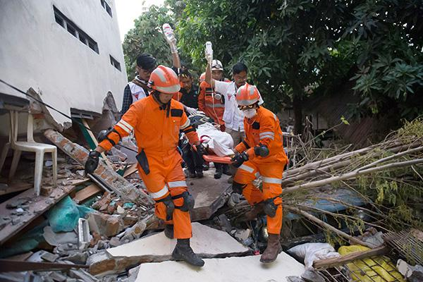 印尼海啸幸存者在漂浮物中寻遗体 政府出军机救援