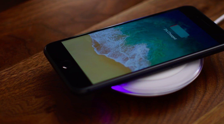 iPhone搭三星的无线充电器看起来也很和谐
