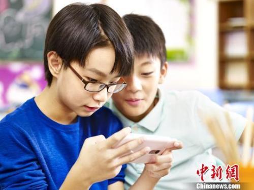 八部门防控青少年近视:调控网游总量 禁带手机