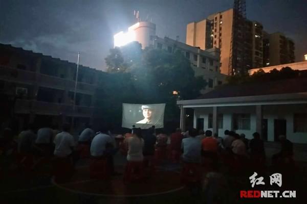 长沙华夏路社区组织党员观看革命历史