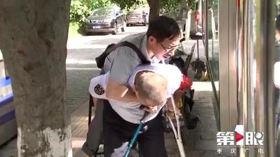 尿毒症患者每周要去医院透析三次,32名公交司机接力扶助