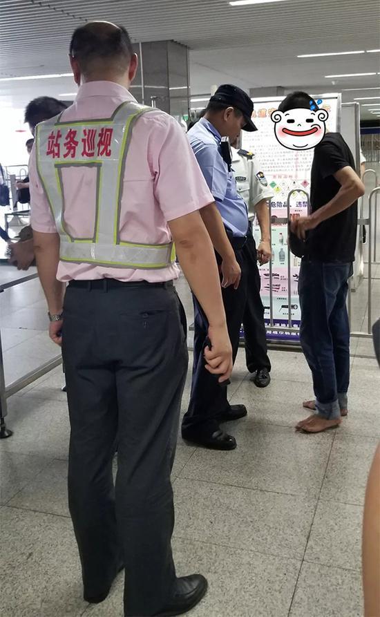 赤脚男子抱着大石头想坐地铁称去寺院苦练修行