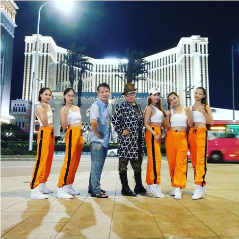 彭波携众美女出没澳门各个地标,是要拍摄《疯狂的澳门》