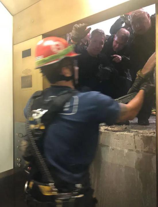 百层高楼电梯急坠84层 消防在中间92层都没找到门
