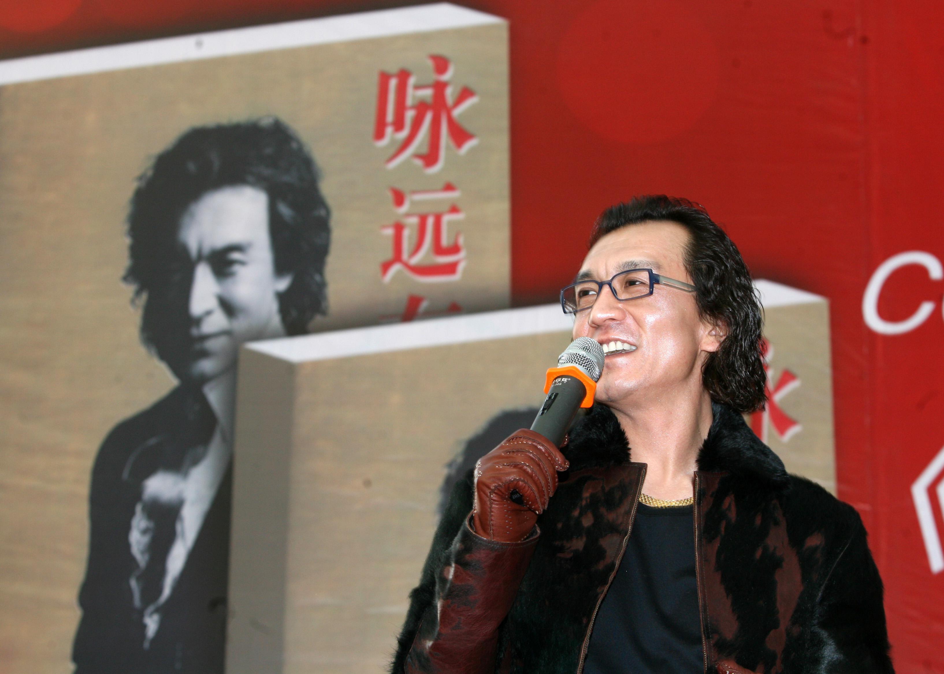 李咏是央视唯一留长发男主持人 改变观众收视习惯
