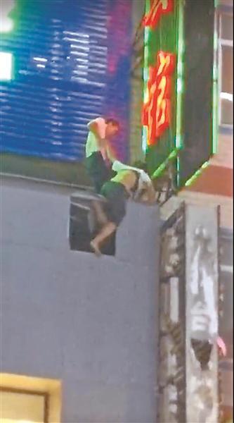 16岁少女轻生从6楼坠下 挂在4楼广告牌上悬在空中