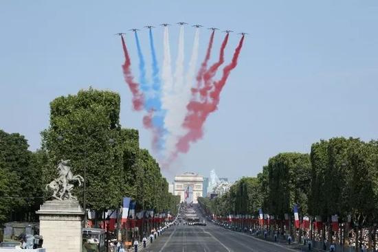 法国空军:国庆阅兵飞机喷错彩烟