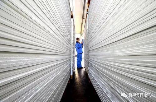 11月3日,工人在山东省淄博市沂源县悦庄工业园一民营板材企业清点产品。新华社发(赵东山 摄)
