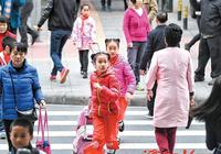 孩子的书包越喊越沉 中小学生课业负担减了吗?