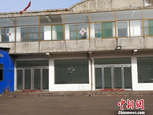 化工厂附近玻璃建筑不同程度受损。 范丽芳 摄