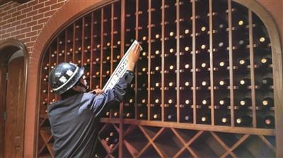 """""""老赖""""豪宅藏一墙名酒"""